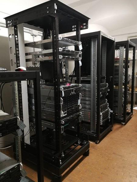 Immagine parziale dei rack della sala server di calcolo
